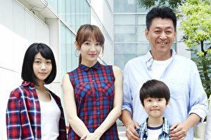 圖左起:洪于晴、李杏、庹宗華、蔡明修、何承蔚(小朋友)一起參加電影開鏡儀式。(緯來電影台提供)