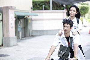 電影《帶我去月球》劇照,圖為主要演員劉以豪(前)與宋芸樺(後)。(星泰娛樂提供)