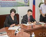 6月27日,彰化县长魏明谷与CRS执行长珍妮弗·马丁(左)签署合作协议。(曹景哲/大纪元)