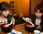 """《闺蜜爱旅行》六月(右)与方志友大啖""""大葱荞麦面""""。(TVBS提供)"""