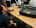 一名香港籍女子(前)携带超过8公斤的古柯碱闯关,在桃园机场遭缉获。航空警察局表示,走私毒品市价新台币近1亿元,为桃园机场近几年来最大宗的毒品闯关案。(航警局提供/中央社)