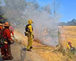 6月28日,北加州消防队员在旧金山湾区圣安德烈斯水库旁,进行野火控制燃烧训练。(于伟/大纪元)