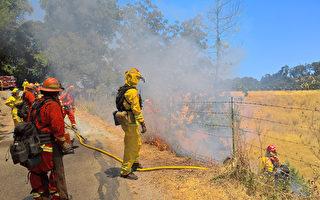 6月28日,北加州消防隊員在舊金山灣區聖安德烈斯水庫旁,進行野火控制燃燒訓練。(于偉/大紀元)