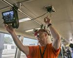 6月28日,湾区捷运在安装最后的监控摄像头。(曹景哲/大纪元)