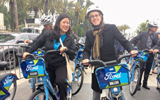 6月28日,舊金山縣交通管理局局長張婷立(Till Chang,左一)試騎GoBike。(林驍然/大紀元)