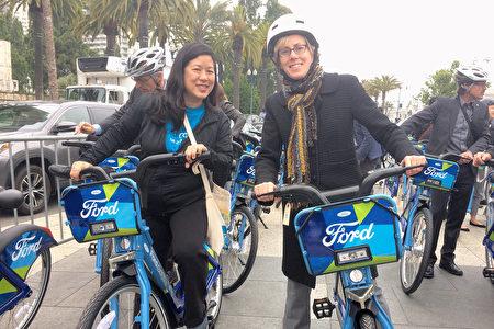 6月28日,旧金山县交通管理局局长张婷立(Till Chang,左一)试骑GoBike。(林骁然/大纪元)