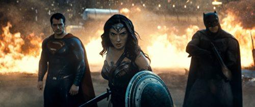 電影界《超人》和《蝙蝠俠》不再獨占鰲頭,《神力女超人》的美貌和英勇氣勢,震懾了眾多影迷!(華納兄弟提供)