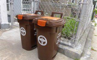 紐約市清潔局贈送的專門收集廚餘和庭院垃圾等有機垃圾的棕色回收垃圾桶,近日陸續出現在南布碌崙社區。 (蔡溶/大紀元)