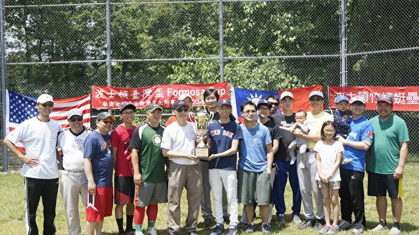 第一届波士顿台湾杯(Formosa Cup)垒球赛由竹蜻蜓俱乐部夺冠,获经文处处长赖铭琪(左六)颁发奖杯。左一为竹蜻蜓负责人王志维。(廖述祥/大纪元)