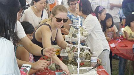 大波士顿中华文化协会义工教包粽子。(廖述祥/大纪元)