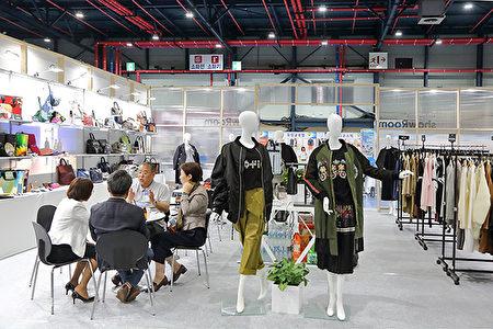 展览会上展示了种类繁多的韩国优秀商品,其中时尚百货尤其引人关注。(全景林/大纪元)