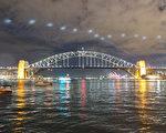 悉尼著名的海港大桥与地标建筑悉尼歌剧院共同构成水上的一道风景。(周东/大纪元)