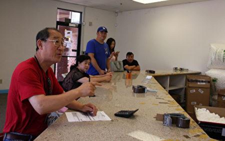6月19日,上午10点半左右,位于圣盖博的物流公司刚开使营业就陆续有多位民众前来询问自己包裹下落。(徐绣惠/大纪元)