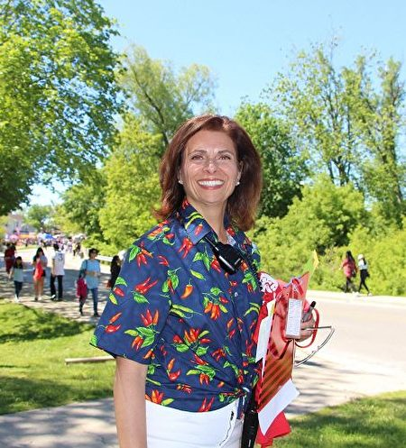 主办方游行负责人南希(Nancy)表示,今年能邀请到法轮功团体的天国乐团和腰鼓队来参加游行,法轮功非常受欢迎,他们为这个城市带来靓丽之彩。(明慧网)