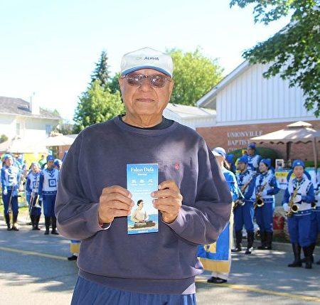 曾是印度军官的卡伦·汗纳(Karun Khanna )赞赏天国乐团演奏振奋人心(明慧网)