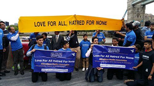"""很多穆斯林也来到悼念现场,横幅上写着:""""只有爱,没有恨。""""(夏松/大纪元)"""