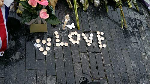悼念的人用蜡烛在地上摆出Love的字样。(夏松/大纪元)