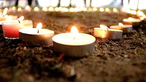 摆成了心形的蜡烛,悼念者以此传递对罹难者的哀思。(任真/大纪元)
