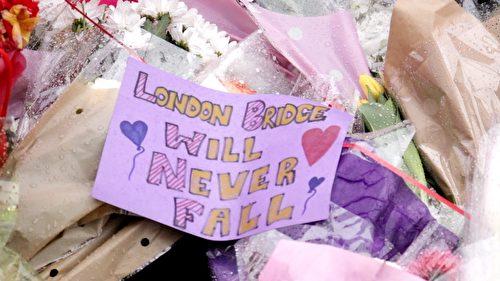 """一张纪念纸片上写着:""""伦敦桥永不会倒塌。"""" (任真/大纪元)"""