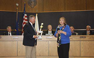 圖說:6月19日晚,美國密西根州聖克萊爾海岸市市長Kip Walby先生向美國密西根州法輪大法協會頒發「最佳特別獎」 (Best Special Entry)。(尹婉/大紀元)