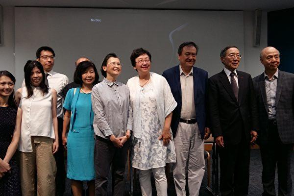 李崗導演夫婦與台灣代表處人員合影(夏松/大紀元)