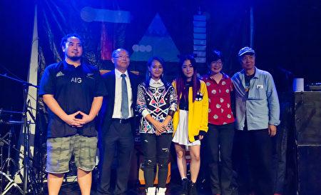 三位歌手与台湾代表处工作人员等合影(Luoyuan/大纪元)