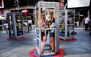 时代广场上立起了三个电话亭,让民众停下脚步,听故事。 (Spencer Platt/Getty Images)