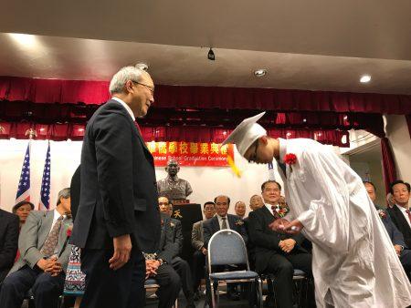 华侨学校毕业礼上,毕业生展示了侨校传承的中华传统。