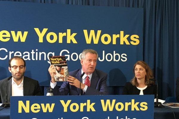 """白思豪拿着""""纽约工作""""宣传册,宣布该计划正式成立。 (于佩/大纪元)"""