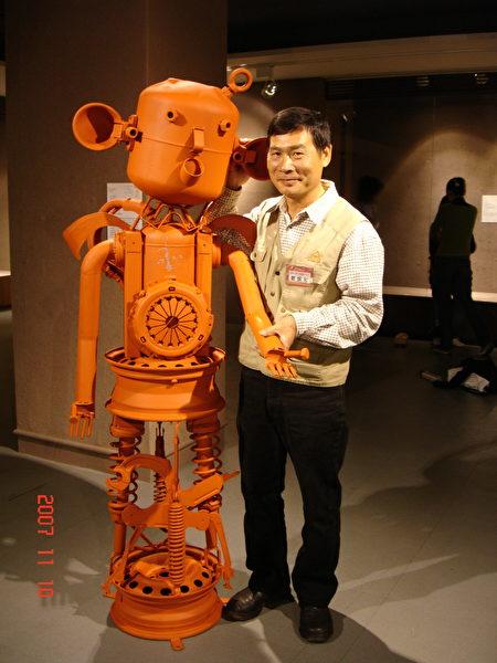 〈呆呆机器人〉更得到桃源美展雕塑类佳作。(郑炳和/提供)