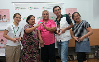 台东布农族夫妻余效国和胡云妹(左2、3)全心投入寄养家庭工作。(台东家扶中心提供)