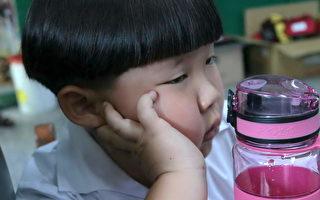 """小朋友不喜欢喝没味道的水,可改喝淡淡香氛的""""水果水""""。(徐乃义/大纪元)"""