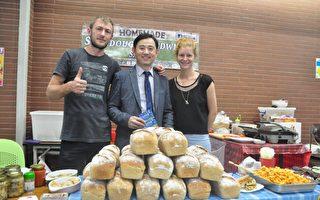 新竹縣美國學校董事長黃柏森(中),表示舉辦「國際市集」是一種學習也是親師生聯誼,熱鬧的氣氛感覺很好。(賴月貴/大紀元)