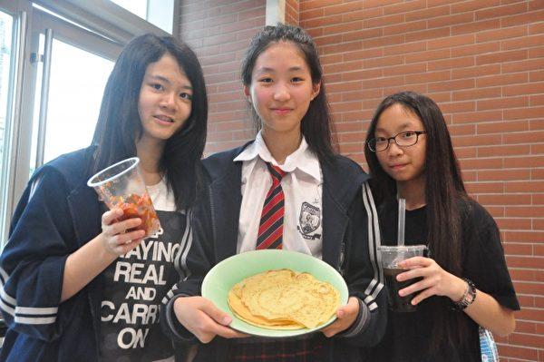 學生自己做可麗餅和飲料來賣,學習謀生能力。(賴月貴/大紀元)