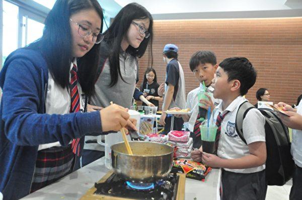 煮泡麵也能賣錢,小學生問大姐姐:「我想吃,一碗多少錢?」(賴月貴/大紀元)