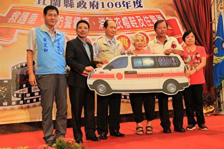 陳李月卿女士(右三)捐贈救護車一輛。(謝月琴/大紀元)