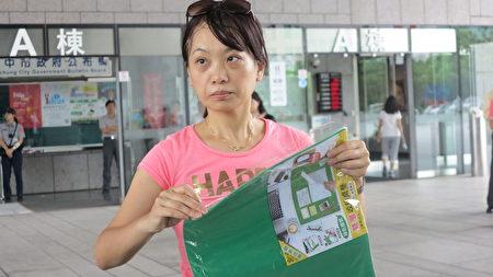 家長王媽媽表示,PVC 塑膠桌墊聞起來有塑化劑的臭味,讓她感到噁心想要嘔吐。(賴瑞/大紀元)