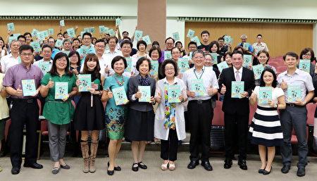 前外交部常務次長朱玉鳳(左5)22日受高市教育局邀請,演講「國際禮儀」。(高市教育局提供)