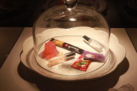 科教館舉辦「識毒—揭開毒品上癮的真相」特展,展示出新興毒品包裝,包括巧克力、王子麵、果凍、枇杷膏,都可能被有心人摻毒在內。(教育部/提供)