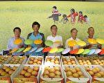 三星鄉鄉長黃錫鏞與產銷班班長行銷上將梨。(三星鄉公所提供)