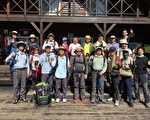宜兰市公所团队在雪山登山口服务站前合影。(宜兰市公所提供)