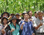 """26日农友们到蔡志峰(前右1)有机农场观摩,吃现榨的苦瓜汁及苦瓜料理,都说很""""赞""""。场长范美玲(前右2)表示,适合鲜食,将推广种植。(詹亦菱/大纪元)"""