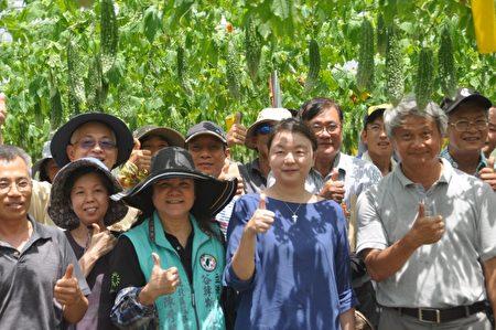 26日農友們到蔡志峰(前右1)有機農場觀摩,吃現榨的苦瓜汁及苦瓜料理,都說很「讚」。場長范美玲(前右2)表示,適合鮮食,將推廣種植。(詹亦菱/大紀元)