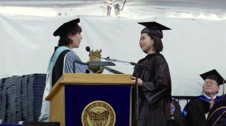 菲律賓華裔學生Nicole Wee(右)獲得2017年度的傑出學術成就院長獎。