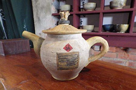 古亭畚造型的茶壺,是郭建佑阿嬤最喜歡的作品。(廖素貞/大紀元)