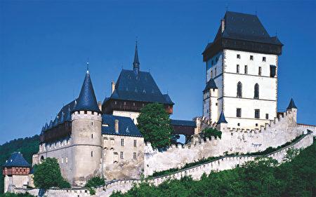 座落于蓊郁林木和溪流山谷之间的卡尔斯坦茵堡,中世纪的建筑风格如童话般地令人向往(捷克观光局提供)。(《捷克经典》/柿子文化)