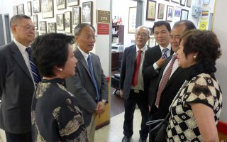 中華民國僑務委員長吳新興(左三)18日到華埠,參訪華僑學校。 (蔡溶/大紀元)