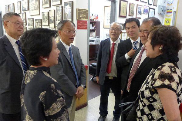 中华民国侨务委员长吴新兴(左三)18日到华埠,参访华侨学校。 (蔡溶/大纪元)