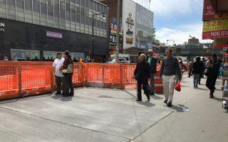 法拉盛緬街地鐵口部分人行道鋪好開放,寬敞的人行道帶來步行新體驗。 (林丹/大紀元)