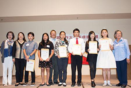 中级组获奖者与评委合影,右二为该组第一名吴快乐。(杨婕/大纪元)